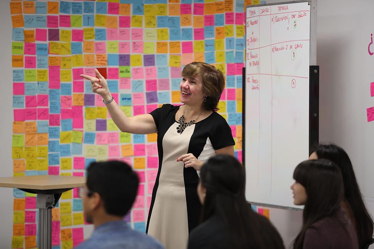 La profesora Gina Pipoli dictando clases de Marketing en el iLab (Laboratorio de Innovación).